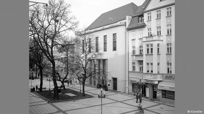 """Widzowie Lubuskiego Teatru w Zielonej Górze mogą podziwać dwie dziedziny sztuki – teatr i architekturę. Modernistyczny gmach z 1931 r. w duchu Bauhausu zaprojektował urodzony na Węgrzech Oskar Kaufmann, jak go nazywano """"jedynowładca budownictwa teatralnego"""". Jego dziełem są też m.in. Hebbel Theater w Berlinie i Volksbühne, Stadttheater w Wiedniu czy teatr narodowy Izraela Habima w Tel Awiwie. (Künstler)"""
