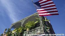 USA | Schmiedeeiserne Balkone geschmueckt mit Farnen im Franzoesischen Viertel in New Orleans