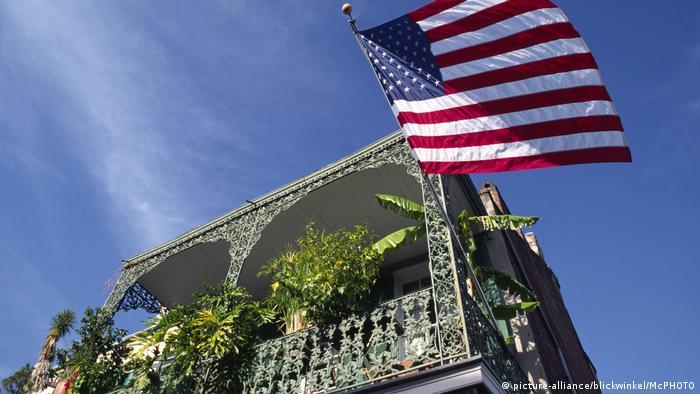 Eine amerikanische Flagge aus einem Balkongarten in New Orleans