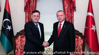 Ο Πρωθυπουργός της Λιβύης αλ Σαράτζ με τον Τούρκο ομόλογό του Ταγίπ Ερντογάν