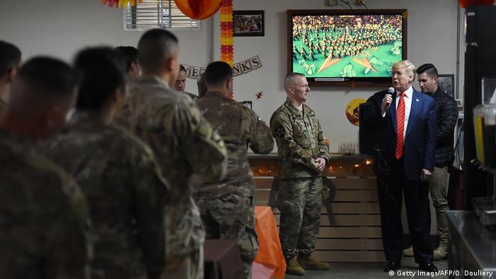 ترامپ در جریان دیدارش با نیروهای امریکایی در بگرام