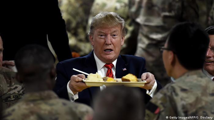 Durante un viaje sorpresa a una base aérea en Afganistán para celebrar el Día de Acción de Gracias con las tropas estadounidenses, el presidente Donald Trump afirmó que los talibanes querían llegar a un acuerdo. Pero el el portavoz oficial de los talibanes dijo un día despúes que por el momento era demasiado pronto para hablar de una reanudación de las negociaciones (29.11.2019).
