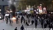 Iran Teheran | Iranischer Sicherheitskräfte führen Demonstranten ab