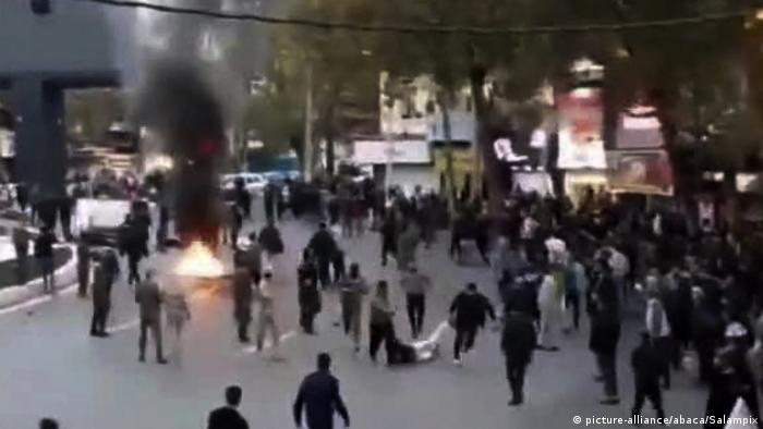 Iran Teheran | Iranischer Sicherheitskräfte führen Demonstranten ab (picture-alliance/abaca/Salampix)