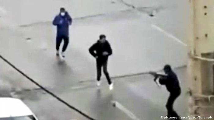 یک مامور انتظامی ایران در برابر معترضان