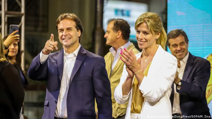 El presidente electo de Uruguay junto a su esposa, Lorena Ponce de Leon.