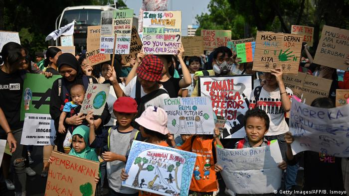 Indonesien Klimaprotest | Friday Climate Action Day (Getty Images/AFP/B. Ismoyo)