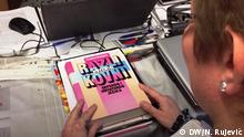 November 2019, Zagreb, Eine Übersetzerin aus Zagreb, die Mazedonisch, Kroatisch, Serbisch und Bosnisch offiziell übersetzen darf, zeigt das Wörterbuch. Redakteur: Nemanja Rujević