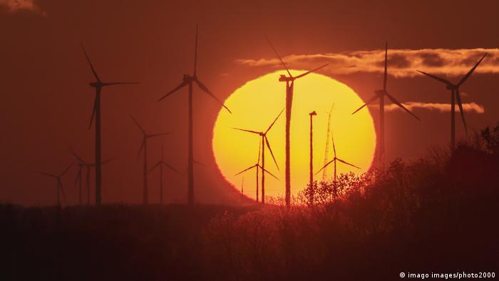 Ветряки на фоне заката солнца