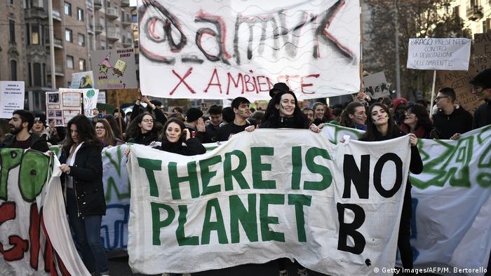 """Manifestantes em Turim, na Itália, com uma faixa com o slogan: """"Não há um planeta B"""""""