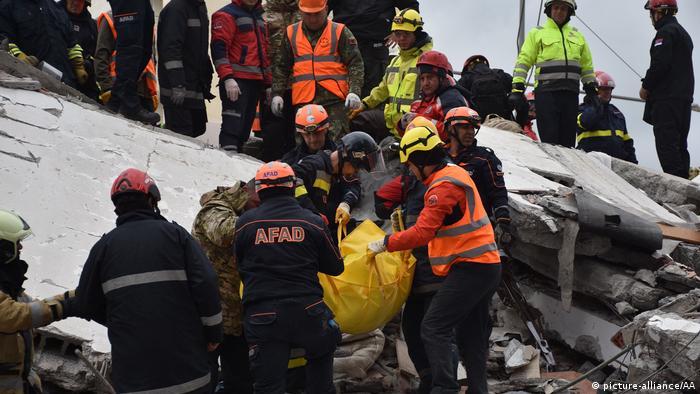 Los equipos de rescate en Albania concluyeron las tareas de búsqueda, pues ya no esperan encontrar supervivientes del terremoto de magnitud 6,4 que sacudió el país y dejó 49 muertos. Entre las últimas víctimas halladas, se encuentran una mujer abrazada a sus tres hijos, unos gemelos de 2 años y otro de 7, cuyos cuerpos fueron encontrados entre los escombros de un edificio derrumbado (29.11.2019).