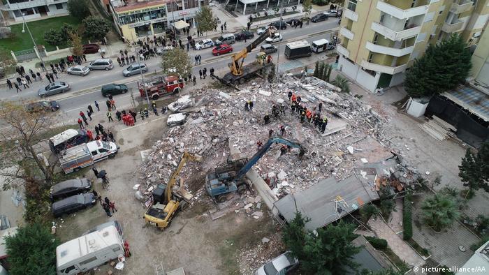 Miembros de un equipo de rescate turco en una operacion de búsqueda en un hotel que colapsó durante el terremoto (28.11.2019)