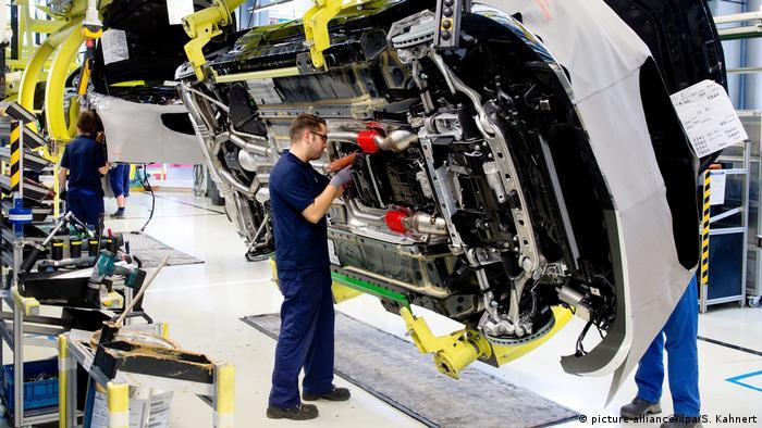 Arbeiter bei Mercedes-Benz (picture-alliance/dpa/S. Kahnert)
