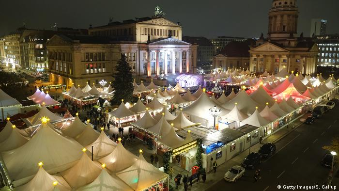 The Christmas market at Gendarmenmarkt from above (Getty Images/S. Gallup)