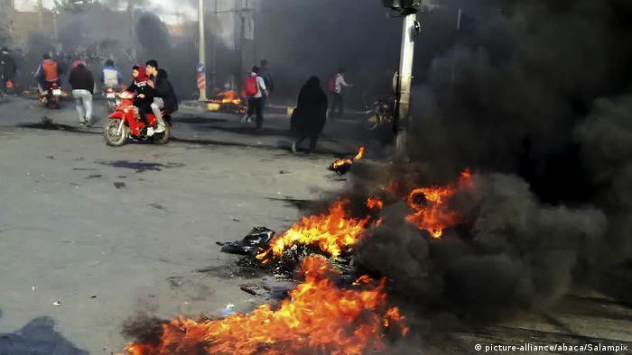 Iran   Demonstranten blockieren Straße bei Protesten gegen steigende Benzinpreise