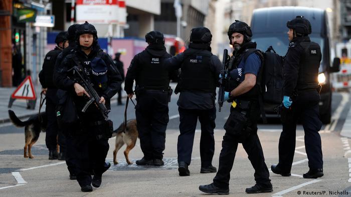 قالت الشرطة البريطانية إن الحادث على جسر لندن وقع على خلفية إرهابية وإن المهاجم قتل على الفور