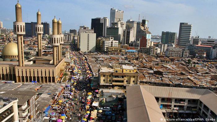 Blick von oben auf Straßen, Dächer, Märkte und eine Moschee in Lagos