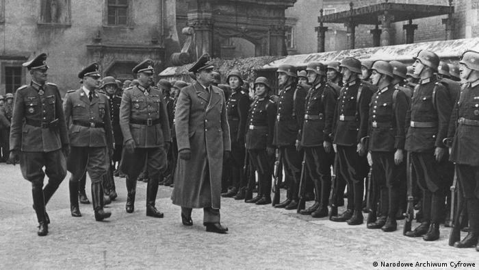 Hans Frank w towarzystwie m.in. gen. Wilhelma Koppego (drugi z lewej) podczas przeglądu kompanii honorowych na dziedzińcu Wawelu, październik 1944 r.