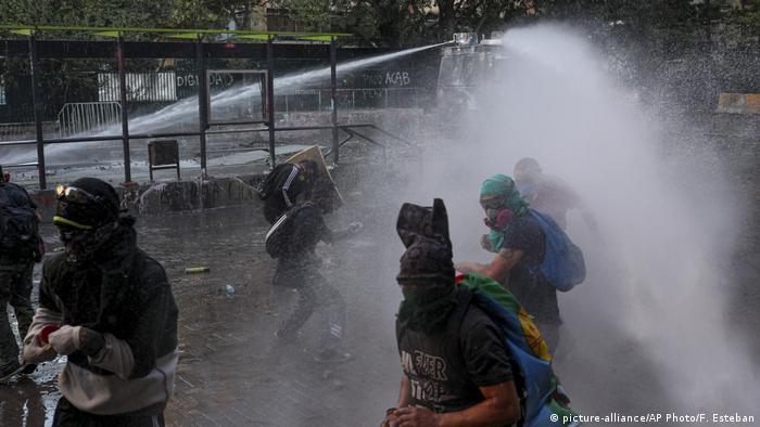 Chile Anti-Regierungsprotest in Santiago (picture-alliance/AP Photo/F. Esteban)