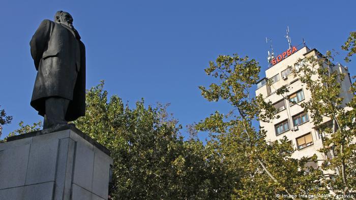 Spomenik Nikoli Pašiću ispred Doma sindikata u Beogradu