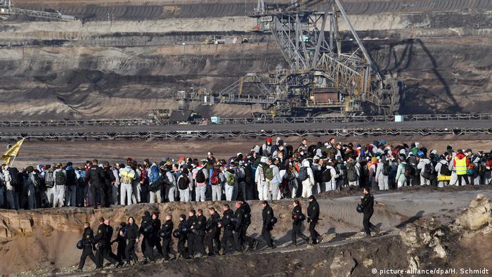 Deustchland Sachsen Umweltschutzaktivisten protestieren gegen die Klimapolitik