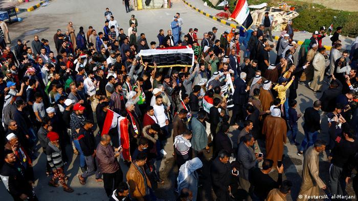 Funeral de un manifestante que fue asesinado en una protesta contra el gobierno en Najaf, Irak (30.11.2019)