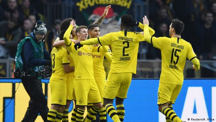 لاعبو دوتموند يحتفلون بتشجيل هدف في مرمرى هيرتا برلين في منافسات البوندسليغا بتاريخ 30.11.2019