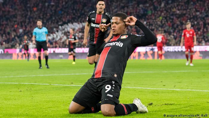 Fußball Bundesliga Bayern München - Bayer Leverkusen | Jubel TOR Leverkusen, Leon Bailey (picture-alliance/dpa/M. Balk)