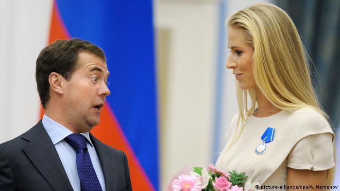 BG Nowitzki Bundesverdienstkreuz | Medwedew mit Tennisspielerin Dementieva (picture-alliance/dpa/A. Nemenov)