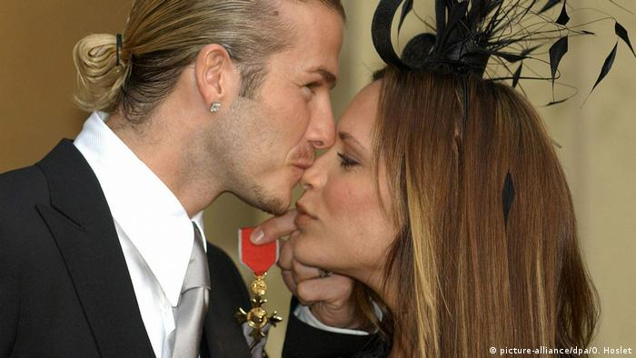 BG Nowitzki Bundesverdienstkreuz   David Beckham mit Victoria und Orden (picture-alliance/dpa/O. Hoslet)