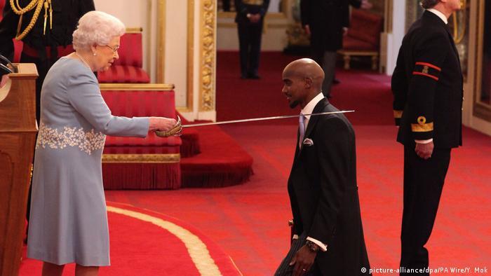 BG Nowitzki Bundesverdienstkreuz   Mo Farah mit Queen Elisabeth (picture-alliance/dpa/PA Wire/Y. Mok)