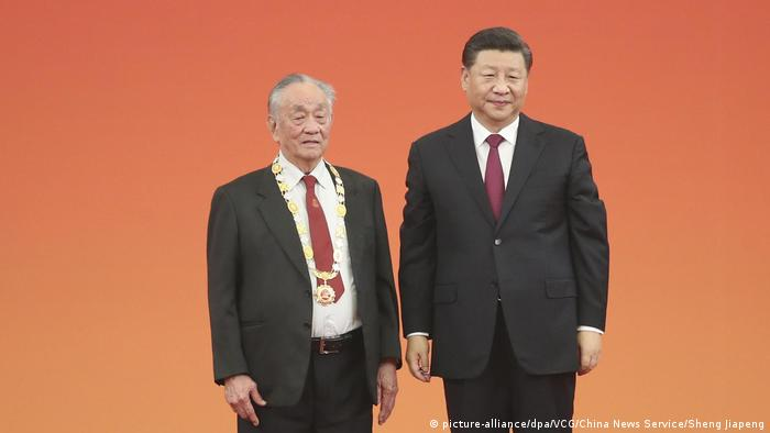 BG Nowitzki Bundesverdienstkreuz   Xi Jingpin mit Badminton-Trainer Wang Wenjiao (picture-alliance/dpa/VCG/China News Service/Sheng Jiapeng)