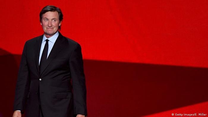 BG Nowitzki Bundesverdienstkreuz   Wayne Gretzky (Getty Images/E. Miller)