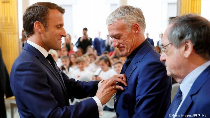 BG Nowitzki Bundesverdienstkreuz | Didier Deschamps erhält von Macron Orden der Ehrenlegion (Getty Images/AFP/F. Mori)