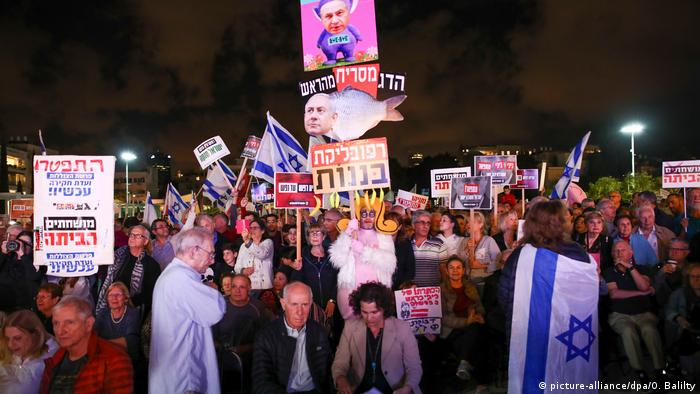 Israel Proteste wegen Anklage gegen Netanjahu in Tel Aviv (picture-alliance/dpa/O. Balilty)