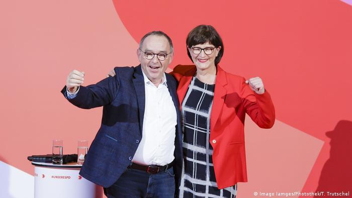 SPD'nin yeni eş genel başkanları Norbert Walter-Borjans ve Saskia Esken
