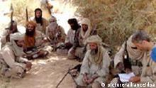 Die Entführer der beiden oesterreichischen Tunesien-Urlauber Wolfgang Ebner (r.) und Andrea Kloiber (nicht im Bild) haben der Regierung in Wien ein Ultimatum gestellt. Der Mann und die Frau würden freikommen, wenn alle in Tunesien und Algerien inhaftierten Mitglieder der Al Kaida im Islamischen Nordafrika freigelassen würden, hiess es in einer Erklärung die am Donnerstag, 13. März 2008, im Internet vom auf die Überwachung von islamistischen Internetseiten spezialisierten SITE-Institut in Washington veröffentlicht wurde. Zudem wurden mit dieser Botschaft Fotos der Geiseln (siehe SCREENSHOT) veröffentlicht. DPA/SCREENSHOT +++(c) dpa - Report+++