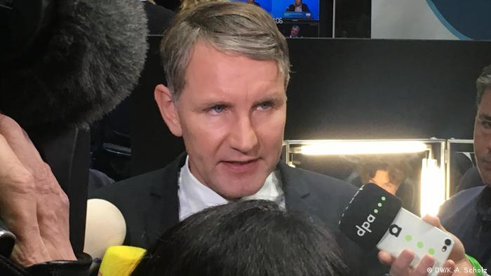 Björn Höcke fala diante de microfones de jornalistas