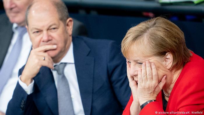 Berlin Bundestag Scholz und Merkel