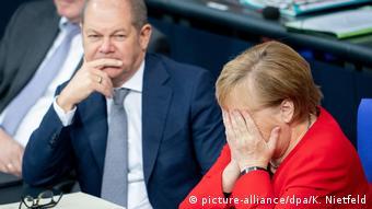 Berlin Bundestag Scholz und Merkel (picture-alliance/dpa/K. Nietfeld)