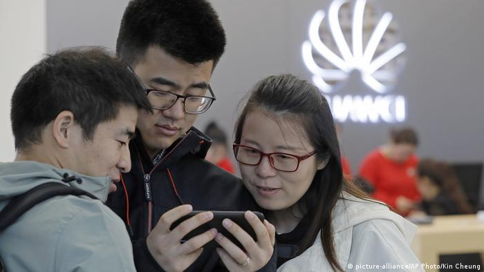 Customers inside a Chinese mobile phone shop (picture-alliance/AP Photo/Kin Cheung)
