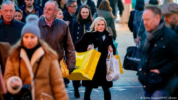 En ninguna época del año se compran tantos libros y juguetes como en Navidad. Lo que alegra a los comerciantes, es negativo para el ecosistema. Según el Ministerio de Medio Ambiente de Alemania, la producción y transporte de bienes de consumo hace que aumenten las emisiones de CO2 en el país, mayores incluso que en los automóviles, la alimentación y el consumo de energía. Muy malo para el clima.