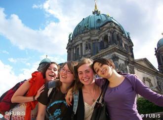 Четыре девушки на фоне Берлинского собора