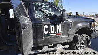 Foto de carro con las siglas CDN en una de sus puertas, abandonado en Villa Union, Coahuila, con las ventanas con impactos de balas.
