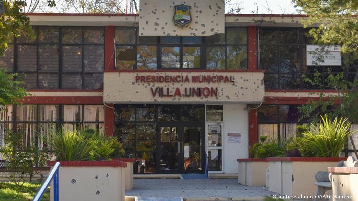 Foto de fachada de Presidencia Municipal de Villa Union, Coahuila, con impactos de bala en sus muros.