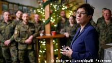 01.12.2019, Kosovo, Pristina: Annegret Kramp-Kartenbauer (CDU), Verteidigungsministerin, trifft Soldaten des deutschen Einsatzkontingents. Foto: Britta Pedersen/dpa-Zentralbild/dpa +++ dpa-Bildfunk +++   Verwendung weltweit