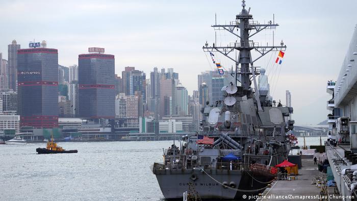 US-Kriegsschiff USS Curtis Wilbur im Hafen von Hongkong