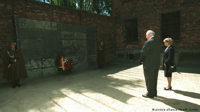 Kohl z małżonką Hannelore przy Ścianie Straceń w Auschwitz (6.07.1995)