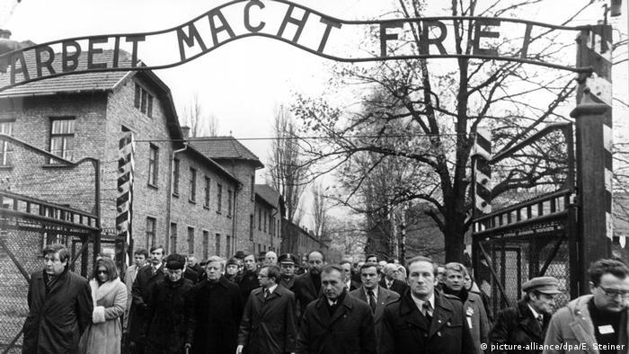 Polen NS-Vernichtungslager Auschwitz l Besuch von Bundeskanzler Helmut Schmidt (picture-alliance/dpa/E. Steiner)