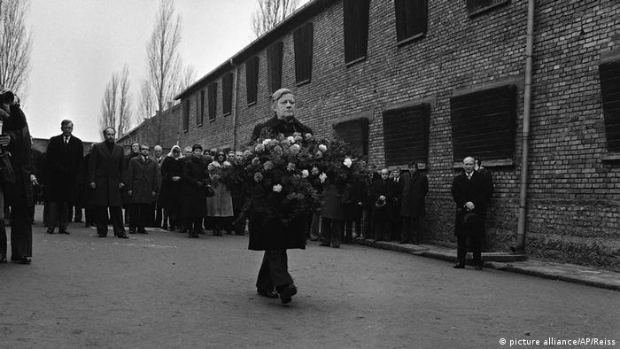 Helmut Schmidt niesie wieniec w Auschwitz